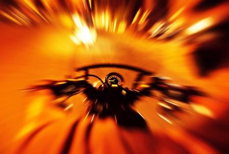 Аннотация красном фоне медленной скорости движения, селективный акцент на спидометр, мотоцикл ездить ночью