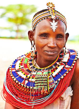 tribu: África, Kenia, Samburu, 08 de noviembre: Retrato de la mujer Samburu usando tradicionales accesorios hechos a mano, la revisión de la vida cotidiana de la población local, cerca de la Reserva Nacional de Samburu Park, noviembre 8,2008, Kenia