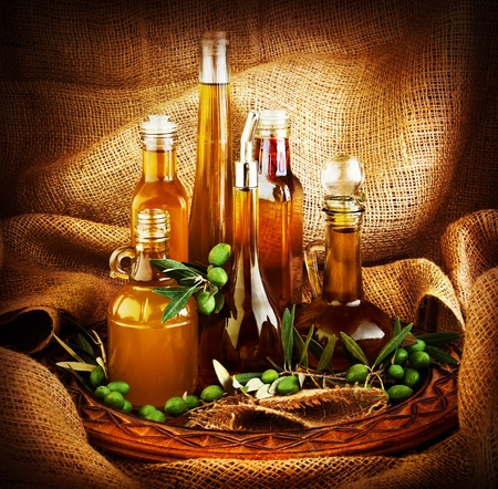 Verschillende salade dressings, olijf olie, azijn, kruiden, kruiderij, sauzen, sauzen, dips...etc. donkere Stilleven met canvas Stockfoto