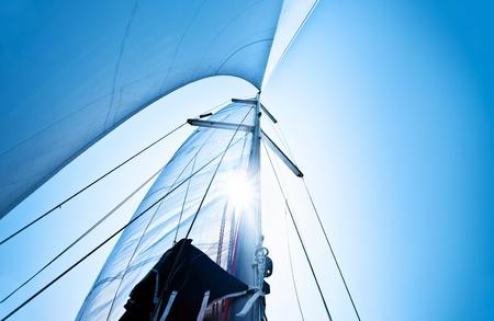 bateau voile: Voile sur ciel bleu clair, voilier sur fond naturel avec la lumi�re du soleil, les activit�s estivales et le sport extr�me