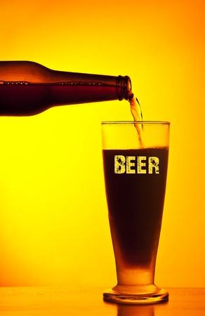 comida alemana: Verter cerveza oscura camarero, vaso de bebida fría aislada en fondo cálido amarillo, festival de la cerveza, oktoberfest, fiesta de otoño