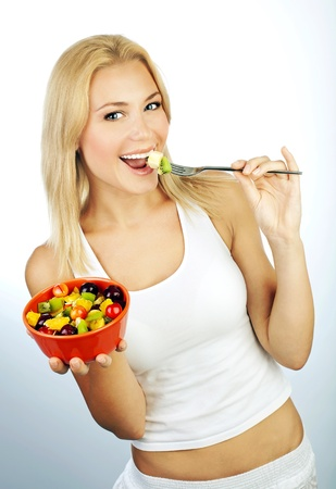 ensalada de frutas: Ni�a bonita comiendo ensalada de frutas, saludable desayuno fresco, concepto de cuidado de la dieta y la salud Foto de archivo