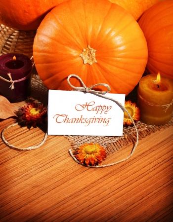 accion de gracias: Acci�n de Gracias, frontera calabaza bodeg�n decoraci�n con velas en el fondo de la tabla de madera, tarjeta de felicitaci�n con espacio de texto, concepto de cosecha