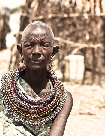volkstamm: Samburu, Kenia - 8. November: Portr�t der afrikanischen Stammeskunst nicht identifizierte Dame, tr�gt handgefertigte kulturellen Zubeh�r f�r traditionellen Tanz am 8. November 2008 in Stammes-Dorf in der N�he von Samburu National Park Reserve, Kenia.