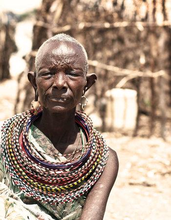 tribu: SAMBURU, KENYA - 8 de noviembre: Retrato de dama de tribal Africana no identificada, lleva a mano cultural accesorios para danza tradicional en 08 de noviembre de 2008 en aldea tribal cerca de reserva del Parque Nacional de Samburu, Kenya.