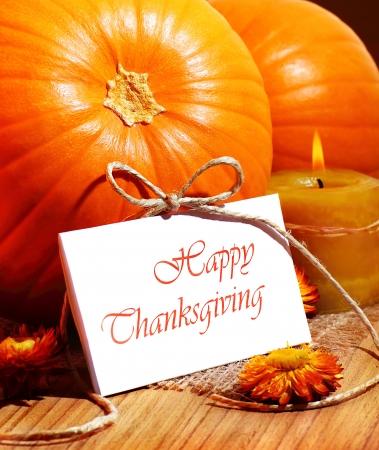 accion de gracias: Acci�n de Gracias, la calabaza sigue la vida con la decoraci�n de velas en la mesa de madera, tarjetas de felicitaci�n con el espacio de texto, el concepto de la cosecha