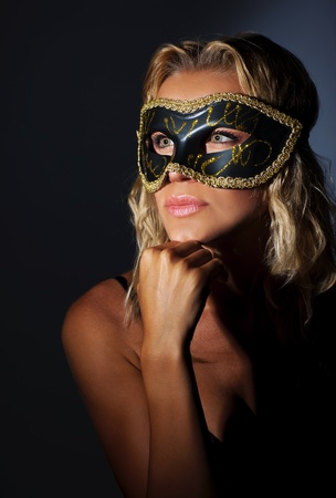 masked woman: Hermosa m�scara femenina de vestir, chica misteriosa en el baile de m�scaras, una mujer elegante retrato foto de estudio, el glamour y el estilo de vida de la moda Foto de archivo