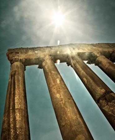 Júpiter, el templo de Baalbek, Líbano, ruinas antiguas de la ciudad, imagen retro del estilo del grunge con la luz del sol brillante Foto de archivo - 10994011