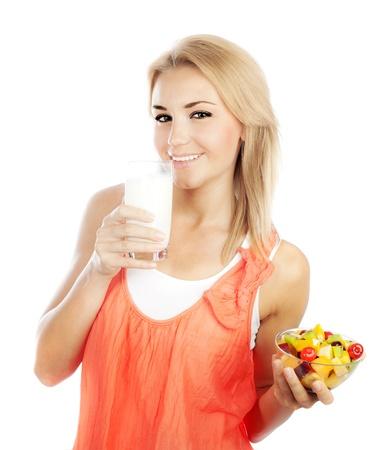 ni�a comiendo: Chica guapa comiendo una ensalada de fruta y leche para beber, sana nuevo concepto de atenci�n desayuno, dieta y salud Foto de archivo