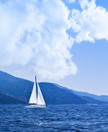 bateau voile: Voilier en mer ouverte, fond belle nature, le paysage de couleur bleu, concept de liberté Banque d'images