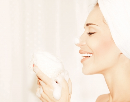mujer bañandose: Baño de niña feliz saludable tomando, retrato de perfil de una bello joven femenino limpieza cara piel, higiene y día spa