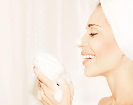 Healthy fille heureuse en prenant portrait profil de bain, d'un beau visage jeune femme de nettoyage de peau, l'hygiène et la station thermale de jour