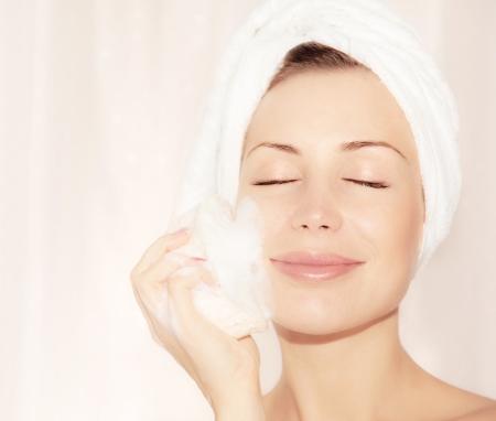 schiuma di sapone: Sana ragazza felice prendendo bagno, giovane e bella donna pelle pulizia viso, ritratto su sfondo chiaro morbido, igiene e day spa