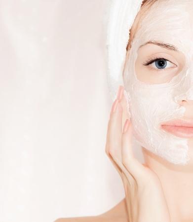 ansikts: Ansiktsmask på vackra ansikte, närbild porträtt på kvinnor med perfekt hy, kvinna tar hand, spa hälsa och skönhetsbehandling, kroppsdel Stockfoto