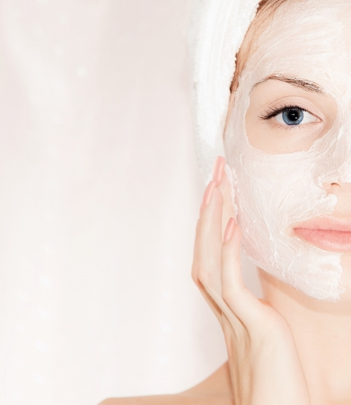 facial massage: Masque facial sur le visage beau, closeup portrait sur les femmes avec une peau parfaite, une femme prenant soin, spa et soins de beaut�, une partie du corps
