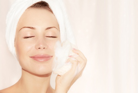 pulizia viso: Sana ragazza felice prendendo bagno, giovane e bella donna pelle pulizia viso, ritratto su sfondo chiaro morbido, igiene e day spa