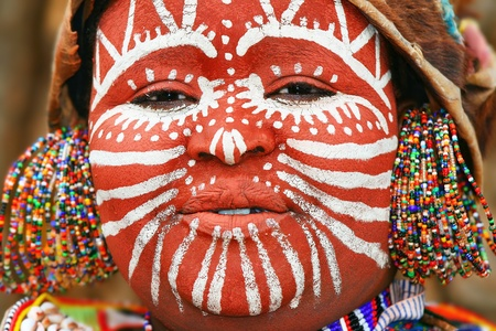tribu: Retrato de una mujer africana con la cara pintada tradicional Editorial