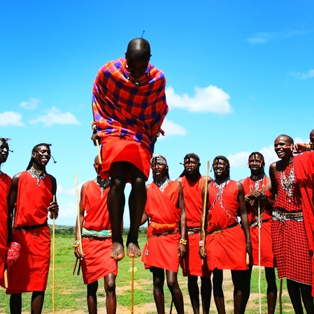 tribu: Africanos tradicionales saltos, bailes guerreros Masai Mara, Kenia Editorial