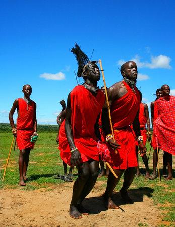 danza africana: Africanas tradicionales, saltos de Masai Mara guerreros danzantes, Kenia