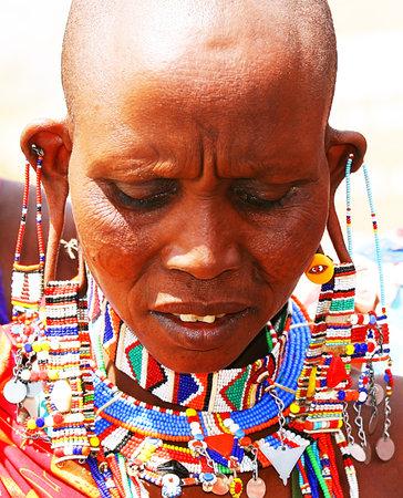 ilustraciones africanas: Retrato de una dama vestida de África que tradicionalmente Editorial