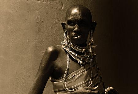 tribu: Retrato de una mujer africana que vestida tradicionalmente, en tonos sepia