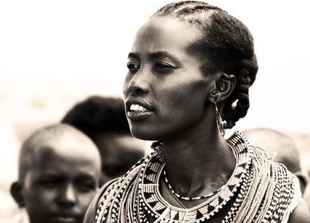 femme africaine: Portrait d'une femme africaine qui, traditionnellement v�tus