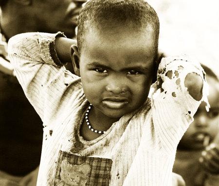 bambini poveri: Africa, Kenya, Samburu, 8 novembre: ritratto di un bambino africano della trib� Samburu villaggio in posa alla telecamera, revisione di vita quotidiana della gente locale, nei pressi di Parco Samburu National Reserve, November 8,2008, Kenya Editoriali