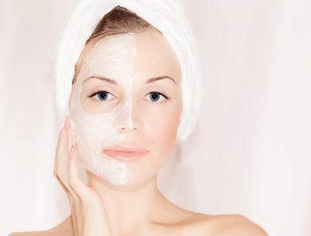 masajes faciales: M�scara facial en el rostro hermoso, closeup retrato de mujer con la piel perfecta mujer, el cuidado, la salud de spa y tratamientos de belleza Foto de archivo