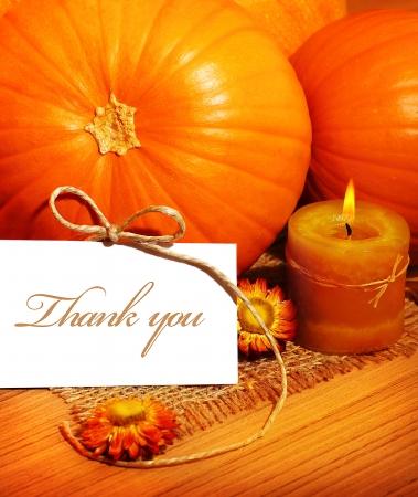 caes: Gracias, tarjeta de agradecimiento de felicitación con decoración de calabaza y cálida luz de las velas, las vacaciones todavía la vida con copia espacio blanco Foto de archivo