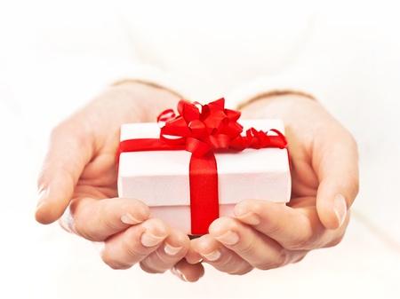 Handen die mooie geschenkdoos, vrouwelijke het geven van cadeau, kerstvakantie en groet seizoen concept, ondiepe DOF Stockfoto