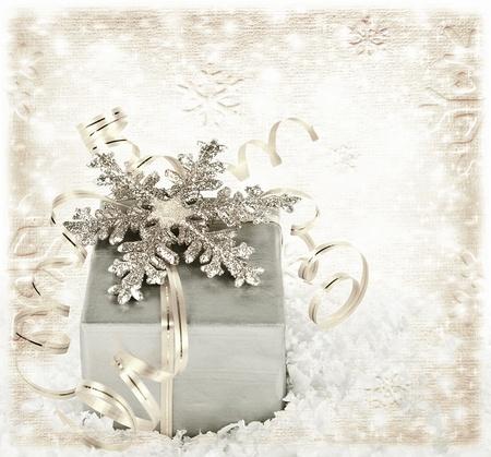 winter party: Regalo di Natale sfondo argento con nastri e lucida fiocco di neve, vacanza invernale scatola d'argento presenti