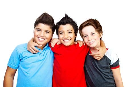Gelukkig jongens, tieners glimlachen, portret van de beste vrienden op een witte achtergrond, schattige kinderen plezier hebben Stockfoto