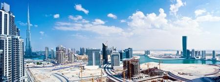 Verenigde Arabische Emiraten: Panoramisch beeld van Dubai stad, modern stadsgezicht, downtown met blauwe hemel, luxe nieuwe high-tech stad in het Midden-Oosten, Verenigde Arabische Emiraten