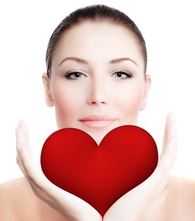 corazon en la mano: Hermosa mujer la celebraci�n de gran coraz�n rojo en las manos, sensual retrato femenino sobre fondo blanco, chica linda expresar sentimientos de ternura, la imagen conceptual de la atenci�n de la salud y el amor