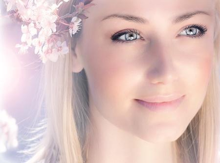 mooie vrouwen: Sensual portret van een veer vrouw, mooi gezicht vrouwelijke genieten van kersenbloesem, dromerig meisje met roze verse bloemen buiten, seizoensgebonden karakter, boomtak en glamoureuze dame