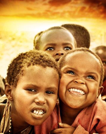Afrique, le Kenya - 8 nov: portrait d'un enfants africains de Masai Mara village tribal, reportage sur la vie des enfants pauvres à proximité de Masai Mara Réserve de parc national le 8 Novembre 2008, le Kenya, l'Afrique