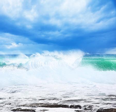 granola: Playa Paraíso, y la hermosa naturaleza, paisaje marino con altas olas para surfear, el concepto de vacaciones de verano