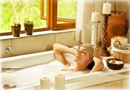 personas banandose: La mujer que toma el baño, feliz hembra relajarse en el spa del resort, joven sano en vacaciones, mujer acostada en el agua caliente de viajes, al spa de lujo