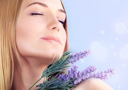 olfato: Mujer joven disfrutar de olor a flor de lavanda Foto de archivo