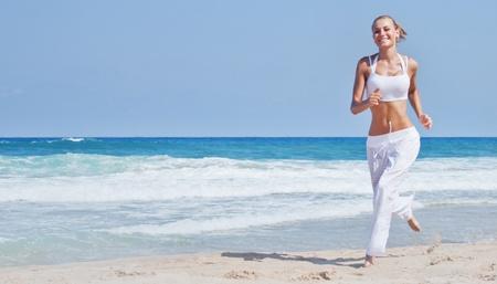 hacer footing: Mujer sana que se ejecuta en la playa, chica haciendo deporte al aire libre femenina, feliz de hacer ejercicio, la libertad, vacaciones, gimnasio y el concepto de atenci�n a la salud, con copia espacio sobre fondo natural