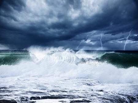 Temporali e fulmini sulla, scena notturna spiaggia buia nuvoloso con piogge paesaggio tempestoso, belle potenti forze della natura, paesaggio marino con onde alte surf, freddo oceano drammatica