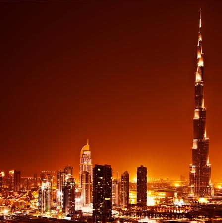 Verenigde Arabische Emiraten: Dubai Downtown zonsondergang scène met stadslichten, luxe nieuwe high-tech stad in Midden-Oosten, Verenigde Arabische Emiraten architectuur