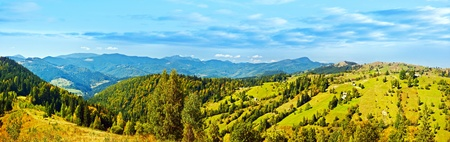 山脈のパノラマの景色、美しい夏のパノラマ、緑の高地の農村風景、自然のバナー、ヨーロッパの村、風光明媚な自然、東ヨーロッパの国旅行の広