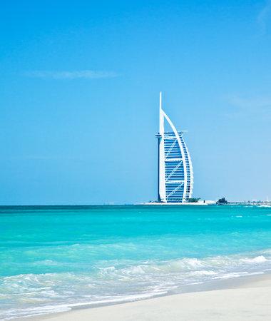 the emirates: DUBAI, Emiratos �rabes Unidos-Nov.21: Burj Al Arab - a 321 m del hotel m�s alto de la segunda del mundo, el hotel de lujo est� ubicado en una isla artificial, Nov.21, 2009 playa de Jumeirah, Dubai, Emiratos �rabes Unidos