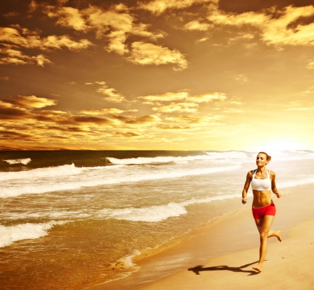 people jogging: Mujer sana que se ejecuta en la playa, chica haciendo deporte al aire libre femenina, feliz de hacer ejercicio, la libertad, vacaciones, gimnasio y el concepto de atenci�n a la salud, con copia espacio sobre fondo natural, c�lida puesta de sol Foto de archivo