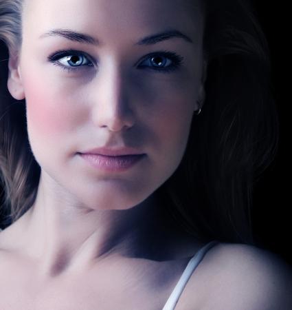 La mujer Glamour cara retrato, primer plano mujer hermosa, elegante look sexy, dama de lujo joven, chica sensual de ojos azules y la moda de maquillaje, estudio de disparo en la cabeza photo