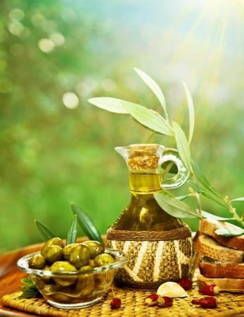 Olijven in de ochtend zonnige tuin, extra vergine olijfolie nog steeds leven, vers voedsel op tafel, boom landbouwgrond op platteland van Libanon, zelfgemaakte gezonde olijfolie en brood, de oogst