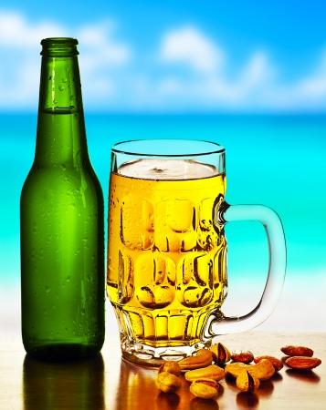 botella de licor: Cerveza fr�a en la playa, bebida alcoh�lica con una mezcla de frutos secos, alimentos y bebidas no carbonatadas vida, caf� al aire libre, el ocio de verano, viajes de vacaciones y el concepto de la diversi�n