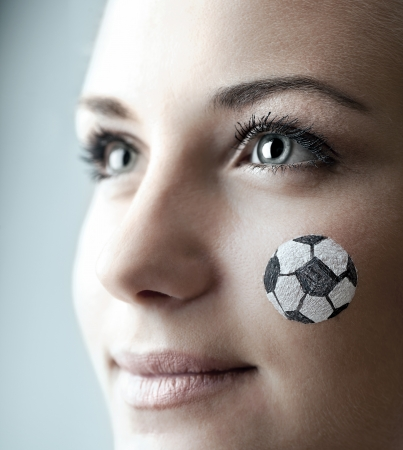 cara pintada: Retrato de un aficionado al f�tbol feliz, la cara pintada de una mujer bastante viendo la competencia bola, el joven seguidor de equipo femenino de disfrutar de juego de deportes, ni�a linda sonrisa, someras DOF