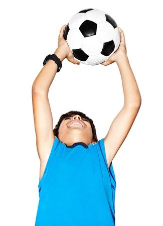 jugando futbol: Ni�o saltando feliz, el f�tbol chico lindo jugar, ni�o activo, el portero joven adolescente masculino disfrutando de juego del deporte, la bola de captura, closeup retrato aislado, preadolescente sonriendo y divirti�ndose, el futbolista poco